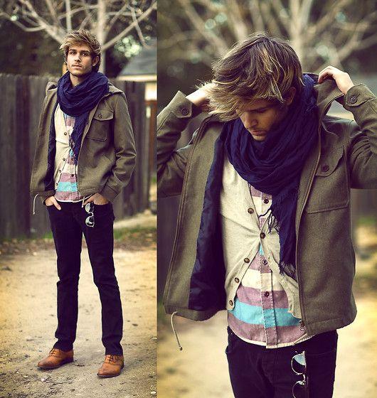 мужчина с фиолетовым шарфом
