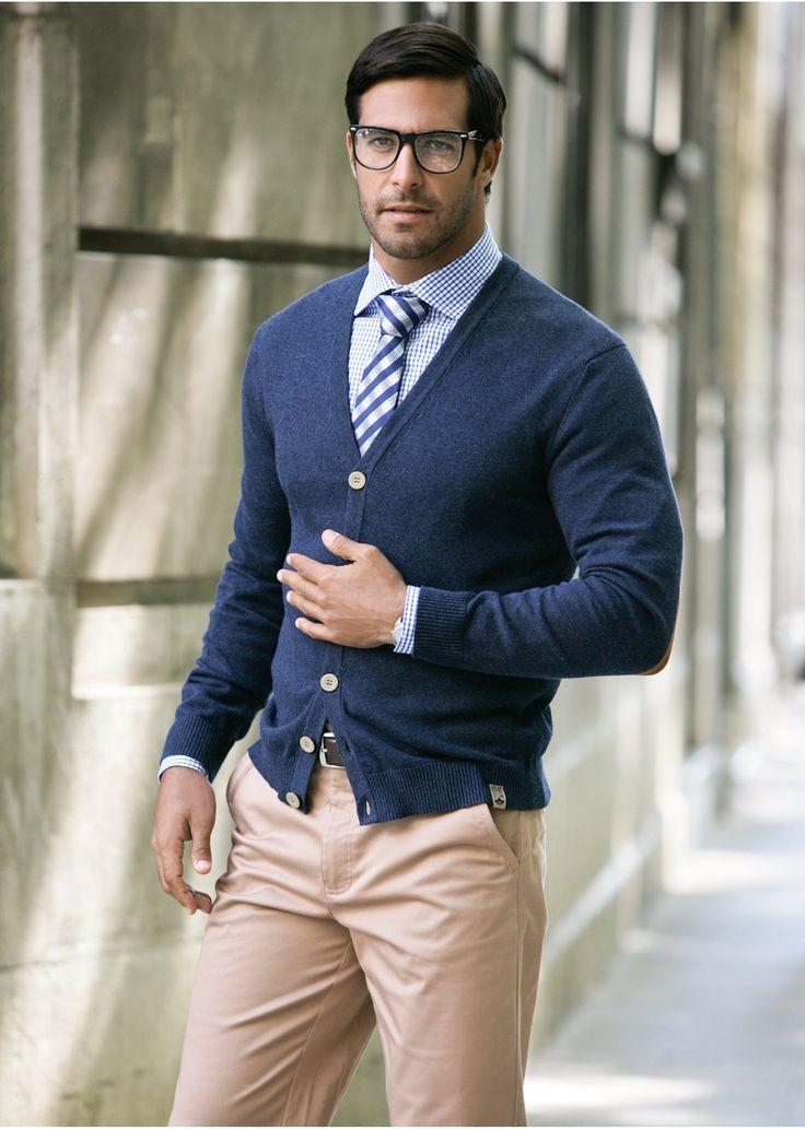 мужчина с синем кардигане и бесцветных очках