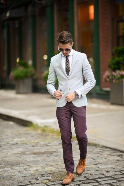 мужчина в белом пиджаке и бордовых брюках