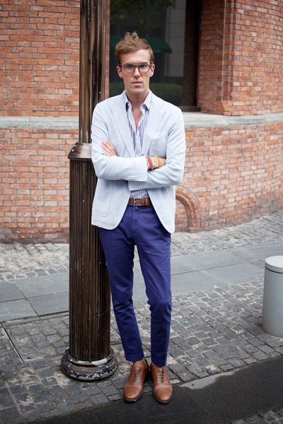 мужчина в белом пиджаке и фиолетовых брюках
