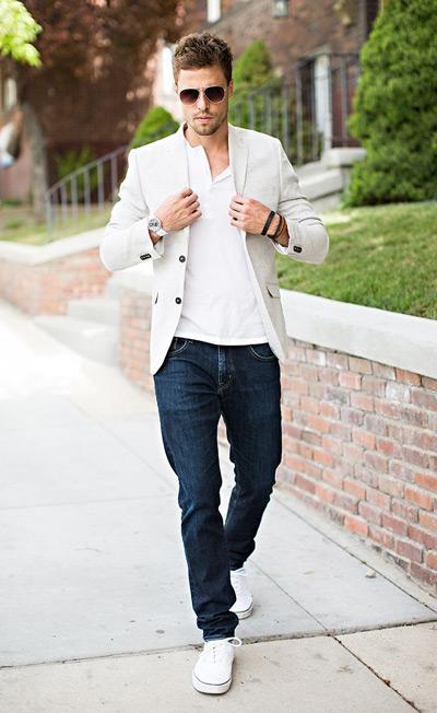 мужчина в белом пиджаке, майке и кедах