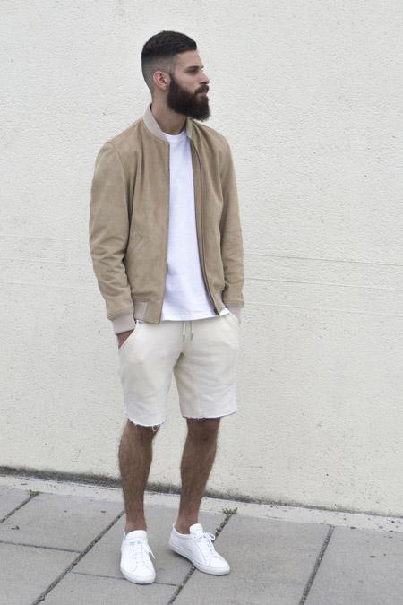 мужчина в белых кедах и белых шортах