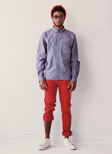 мужчина в белых кедах и красных штанах