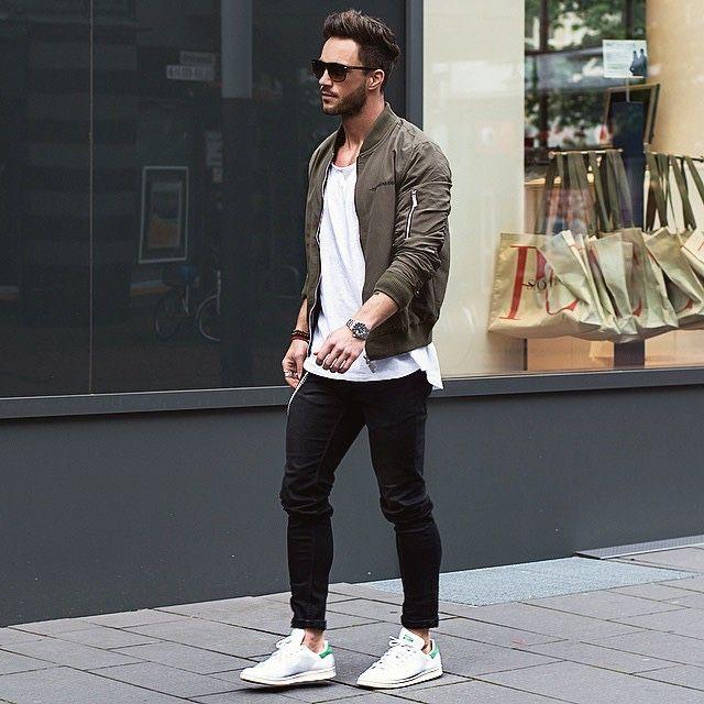 мужчина в белых кроссовках и мастерке