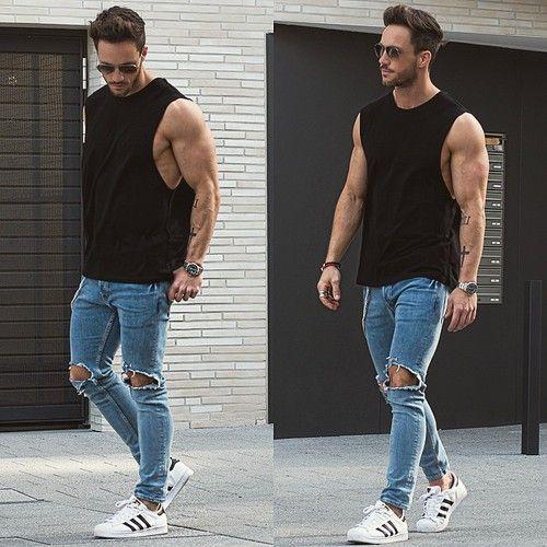 мужчина в белых кроссовках и рваных джинсах