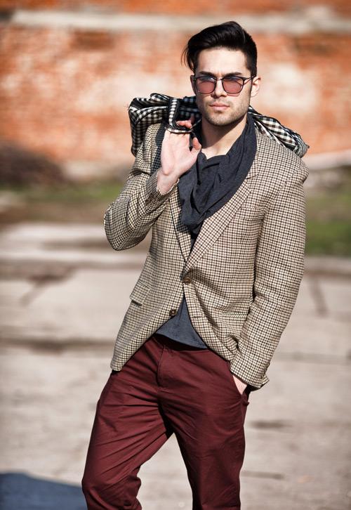 мужчина в бежевом клетчатом пиджаке и красных брюках