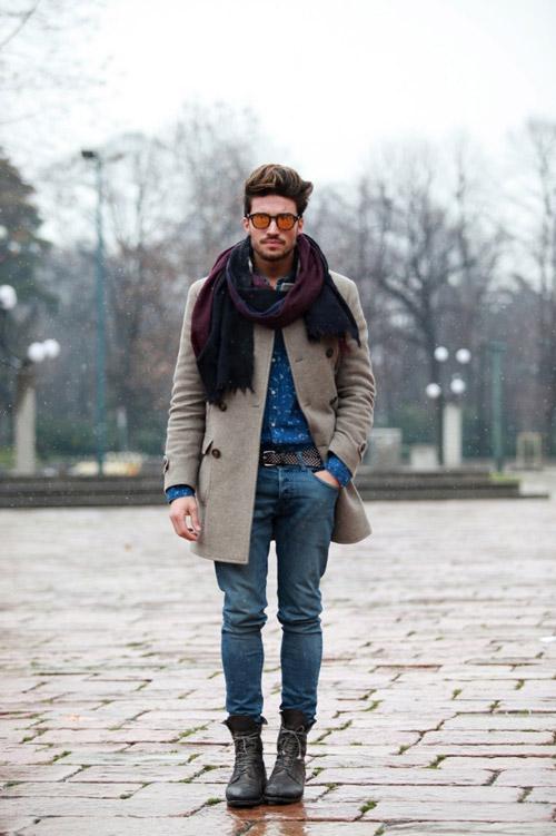 мужчина в бежевом пальто и бордовом шарфе