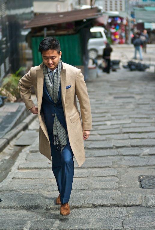 мужчина в бежевом пальто и длинном шарфе