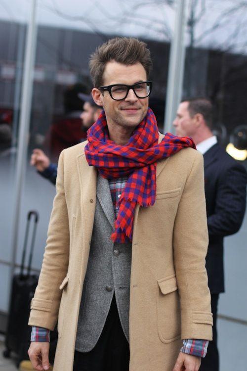 мужчина в бежевом пальто и шарфе с красным принтом