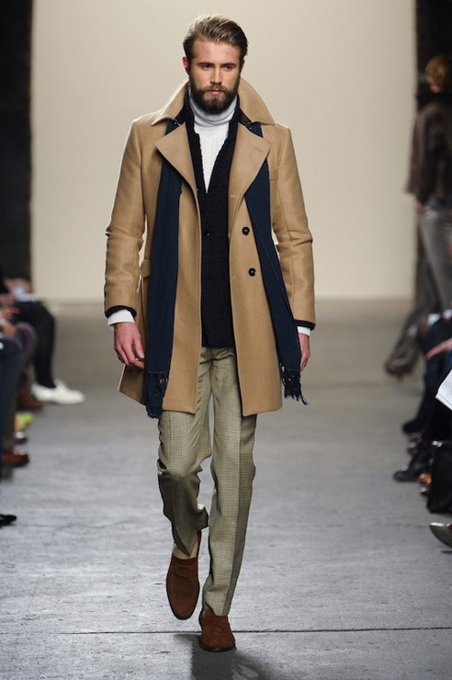 мужчина в бежевом пальто с черным шарфом