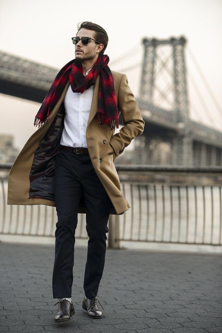 мужчина в бежевом пальто с клетчатым красно-черным шарфом