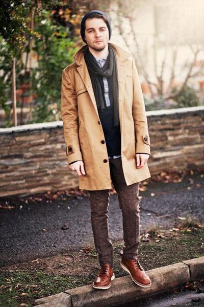 мужчина в бежевом пальто с тонким шарфом
