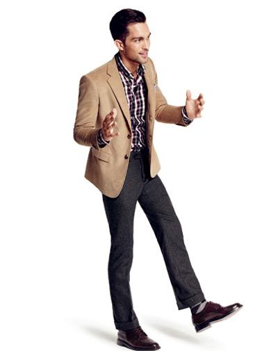 мужчина в бежевом пиджаке и клетчатой рубашке