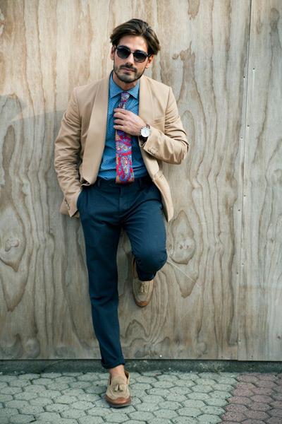 мужчина в бежевом пиджаке и макасинах