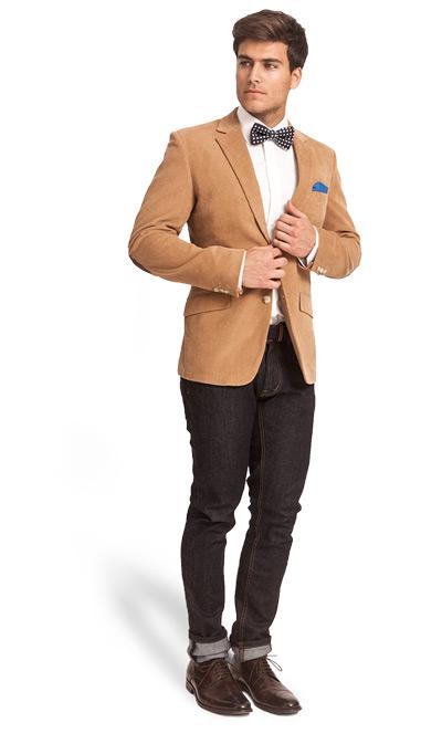 мужчина в бежевом пиджаке и темных джинсах