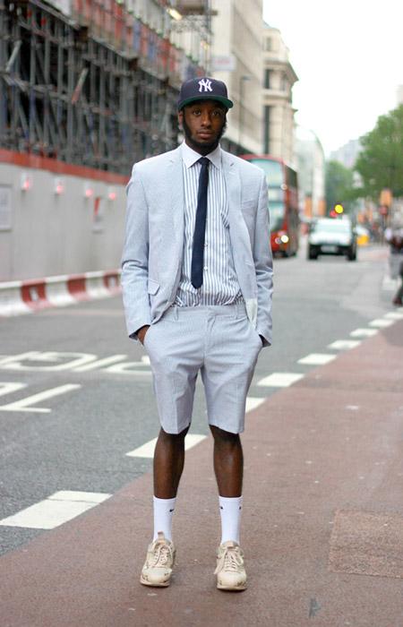 мужчина в бежевых кроссовках и высоких носках