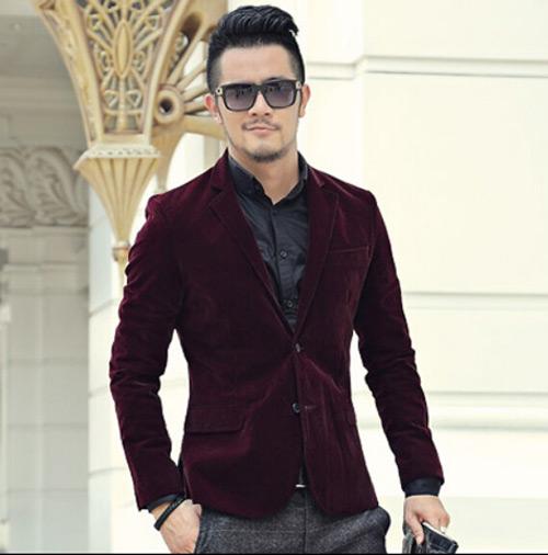 мужчина в бордовом вельветовом пиджаке