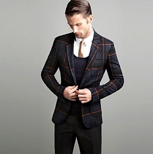 мужчина в черном клетчатом пиджаке и брюках