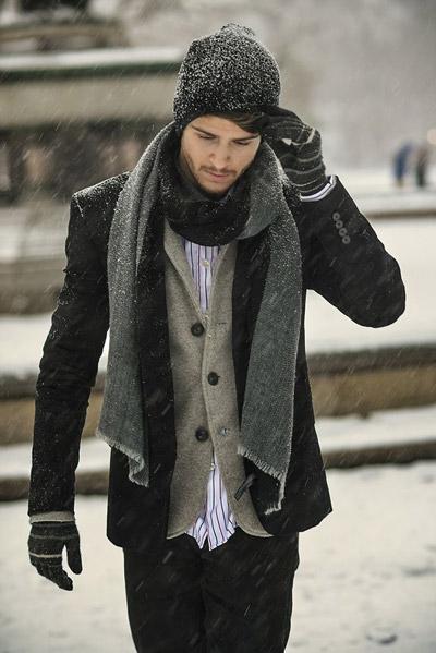 мужчина в черном коротком пальто и с болотным шарфом
