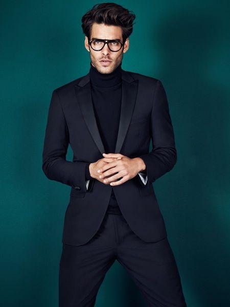 мужчина в черном костюме