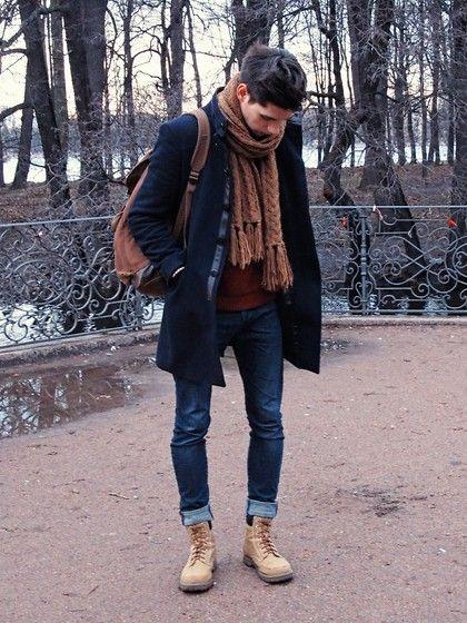 мужчина в черном пальто и бежевом шарфе