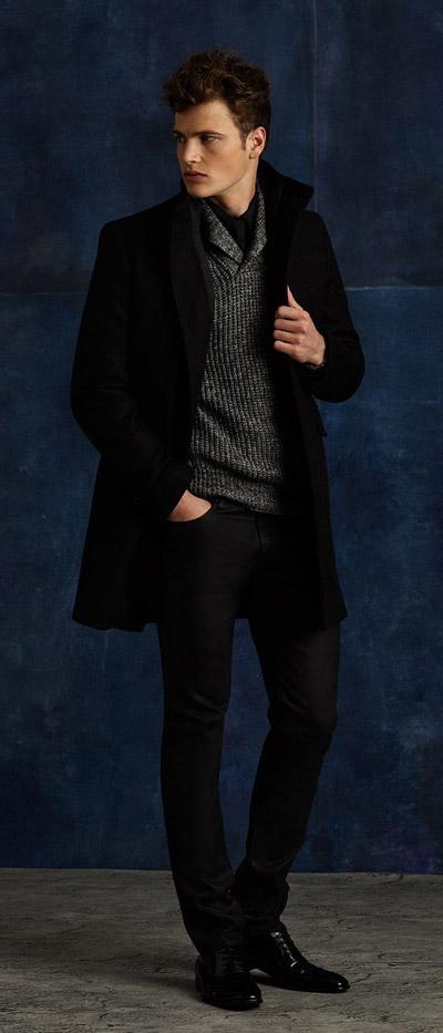 мужчина в черном пальто и черных брюках