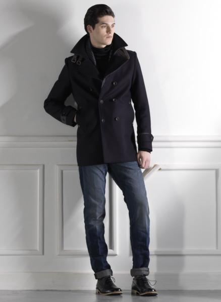 мужчина в черном пальто и прямых темных джинсах