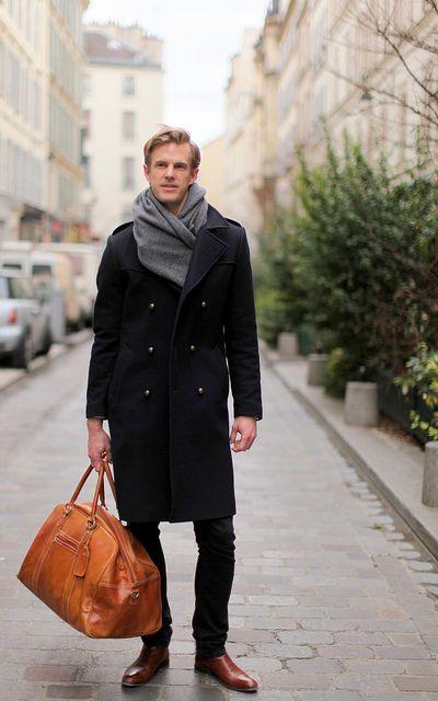 мужчина в черном пальто и сером шарфе