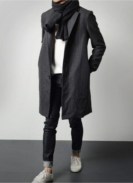 мужчина в черном пальто, шарфе и кедах