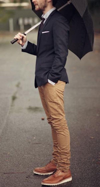 мужчина в черном пиджаке и бежевых брюках
