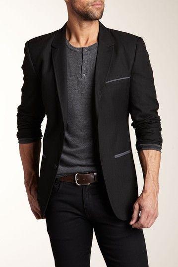 мужчина в черном пиджаке и черных брюках