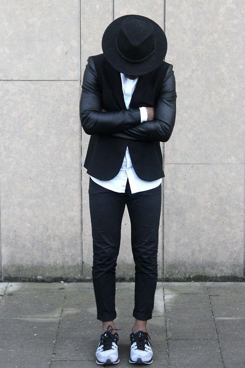 мужчина в черном пиджаке, кроссовках и шляпе