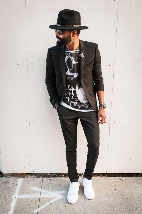 мужчина в черном пиджаке, шляпе и белых кедах