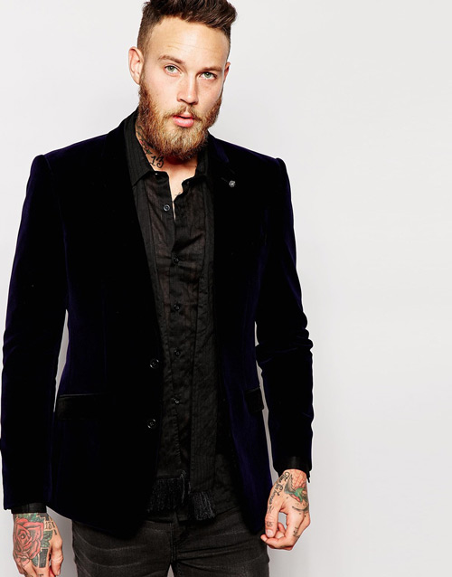 мужчина в черном вельветом пиджаке и татуировкой