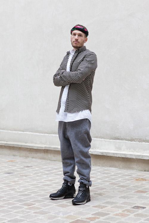 мужчина в черных кроссовках и серых балахонах