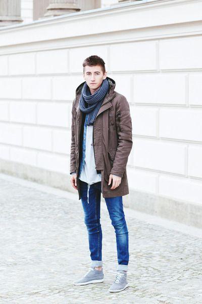 мужчина в длинной куртке и с шарфом