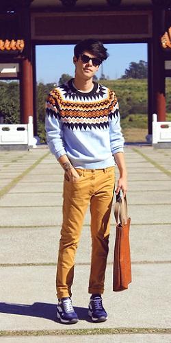 мужчина в фиолетовых кроссовках и рыжих штанах