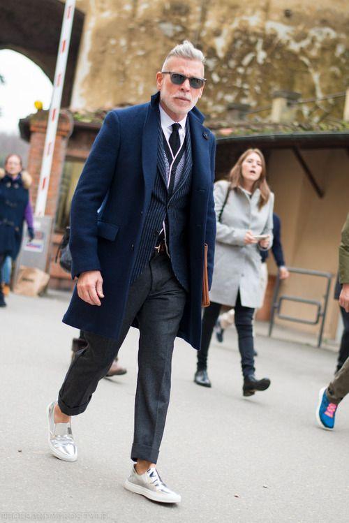 мужчина в классическом пальто и кедах