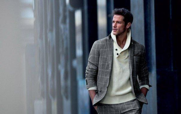 мужчина в клетчатом пиджаке и белом свитере