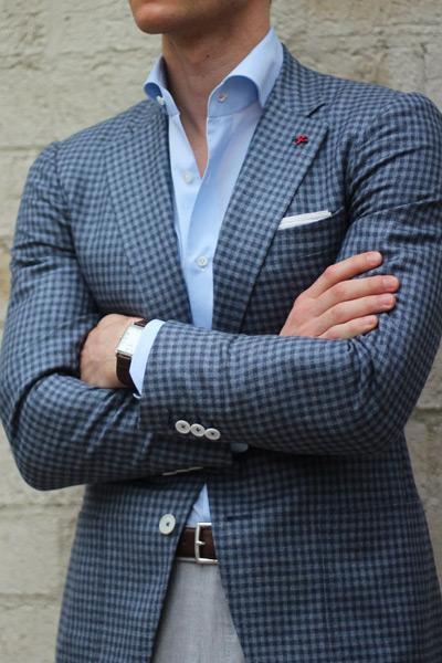 мужчина в клетчатом пиджаке и голубой рубашке