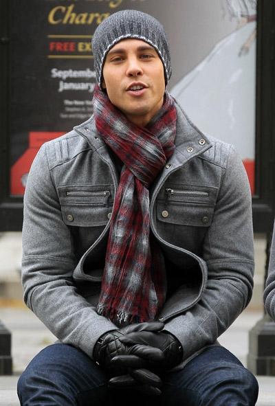 мужчина в клетчатом шарфе и серой шапке