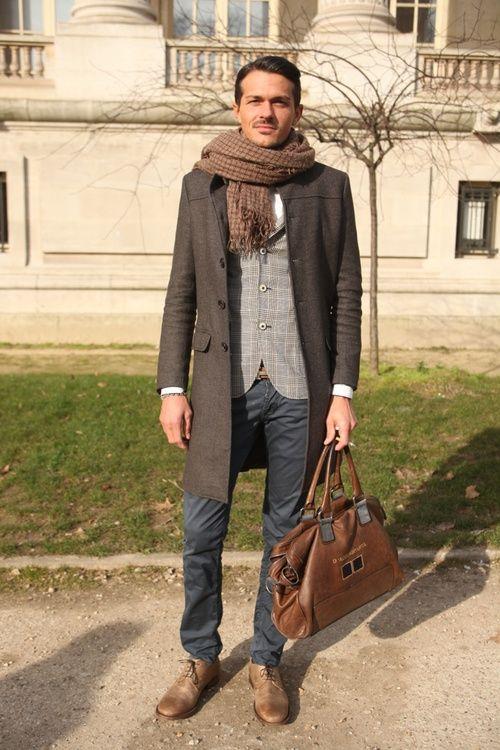 мужчина в коричневом пальто и рыжем шарфе