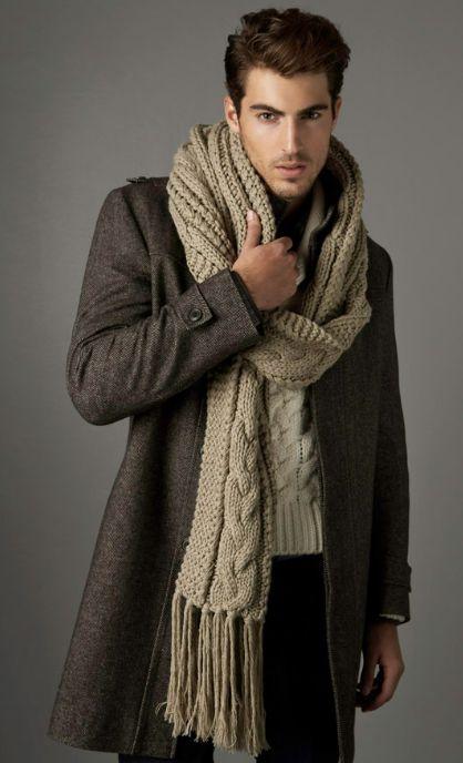 мужчина в коричневом пальто и вязаном бежевом шарфе