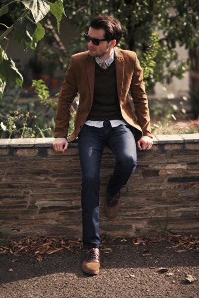 мужчина в коричневом пиджаке и джинсах