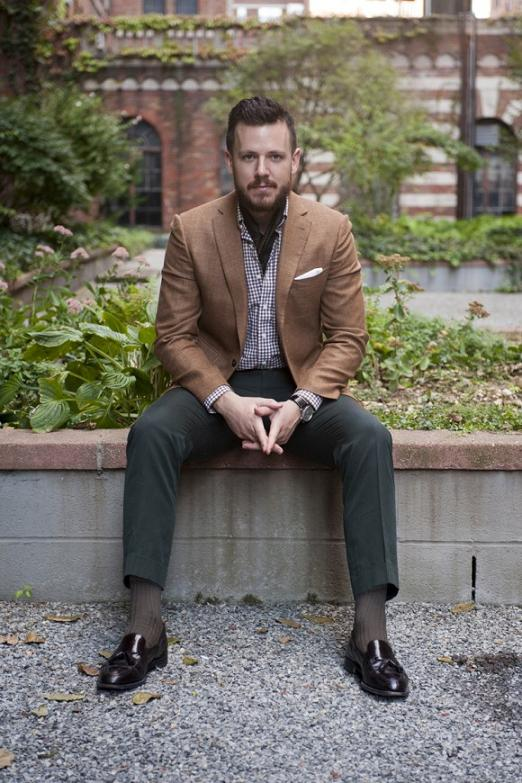мужчина в коричневом пиджаке и клетчатой рубашке
