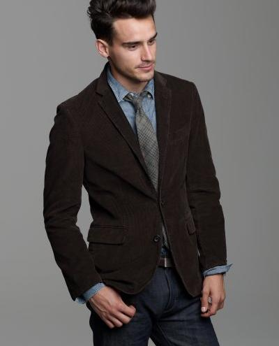 мужчина в коричневом вельветовом пиджаке и голубой рубашке