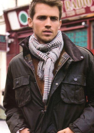 мужчина в коричневой куртке и клетчатом шарфе