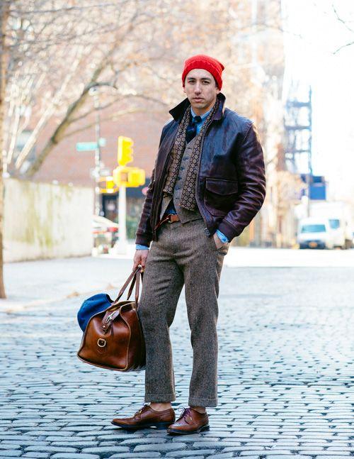 мужчина в красной шапке и шарфе