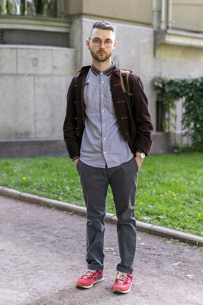 мужчина в красных кроссовках и очках