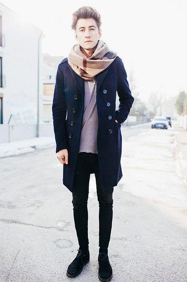 мужчина в пальто и клетчатом шарфе